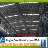 電流を通された軽い鉄骨構造の工場倉庫