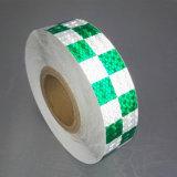 De hoge Groene en Witte Weerspiegelende Band van de Bezinning voor de Veiligheid van de Auto