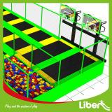 Strumentazione della sosta del trampolino del Rebounder di rettangolo con i cerchi di pallacanestro