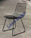 くねり側面ワイヤー椅子を食事する現代標準的なレストランの金属
