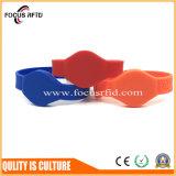 Regarder la conception de matériel en PVC bracelet RFID avec F08/TK4100/puce Mifare 1K