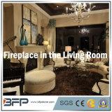 白い家または別荘の居間の装飾のための大理石によって曲げられる暖炉