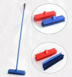 con la spazzola di plastica della scopa del pavimento di colore della maniglia del ferro lungo