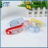 Um Wristband impresso PVC da batida do costume do uso do tempo