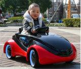 아기 차가 운영한 건전지에 빨간색 도매 탐에 의하여 농담을 한다