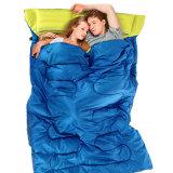 キャンプしている2人アヒルの冬の二重寝袋をハイキングする