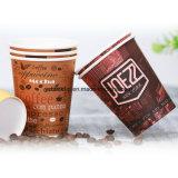 Tazze di caffè di carta isolate