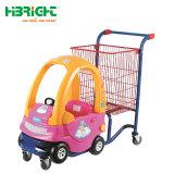 Il carrello del supermercato dei bambini del centro commerciale scherza il carrello di acquisto con la sede