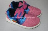 Les chaussures occasionnelles des enfants avec le haut de Ploster
