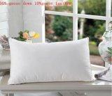 ホテルの白いアヒルおよび羽の枕