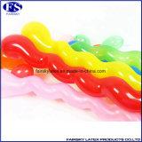 Kinder, die Spielzeug-natürlichen Latex-Spirale-Ballon spielen