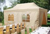 Het vouwen van de Tent van het Huwelijk voor OpenluchtGebeurtenis