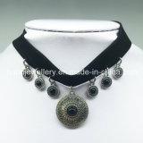 Halsband van de Nauwsluitende halsketting van de Tegenhanger van het Fluweel van de luxe de Zwarte (XJW13684)