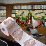 おかしいトイレットペーパーロール習慣によって印刷されるペーパータオル