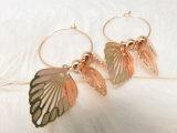 Imitation 宝石類のたがは女性のための真鍮の銅の葉形の円のイヤリングを魅了する
