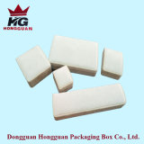 Der weiße Plastikkasten für Schmucksachen