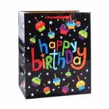 誕生日の蝋燭の衣類はおもちゃのスーパーマーケットのギフトの紙袋に蹄鉄を打つ