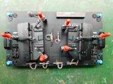 Parts&のプラスチック部品を押すがあるように据え付け品を確認する車