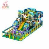 As crianças desempenham macio grande piscina temática florestal parque infantil para o Hotel