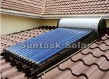 Montado en el techo de la energía solar un calentador de agua para bañarse