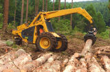 木製のログによっては販売のためのトラクターのログのローダーが取り組む