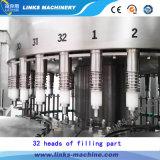 Máquina de rellenar automática llena del agua potable