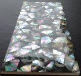 黒いリップのモップのシェルの不規則な三角のモザイク