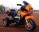 オートバイの乗車は電気おもちゃ車の子供の電池式車をからかう