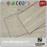 Plancher de vinyle qui ressemble au bois