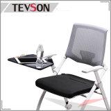 タブレットが付いているオフィスの会議室の折りたたみシート袋のトレーニングの網の椅子