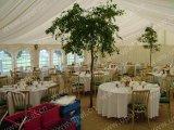 Grande tenda esterna del partito con la disposizione di seduta della tavola rotonda