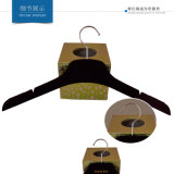 No percha plástica del terciopelo del resbalón con la etiqueta engomada antirresbaladiza