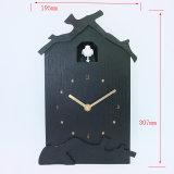 O tempo barata de madeira Co Cuco relógio de parede com som de pássaro de Design do cliente