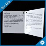 يحدّد اثنان قطعات صف بطاقة تعليق [غريتينغ كرد] لأنّ ترويجيّ
