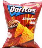 Puces de maïs de Doritos faisant la machine