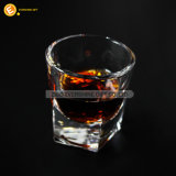 手によって吹かれる正方形の最下のウィスキーのガラス製造明確な飲むガラス