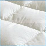 綿織物のガチョウかアヒルの羽によって満たされるマットレスパッド