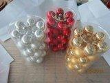 クリスマスのための動物のステッカーが付いている金ガラス玉