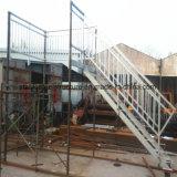 手すりが付いている電流を通された金属階段