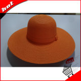Grande plano rasante Mulher Disquete de palha chapéu grande plano rasante