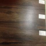 Modèle en bois parquetant la planche de luxe de vinyle de PVC de cliquetis desserré de configuration