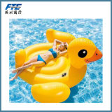 Riesiger gelber Ente-Swimmingpool-Gleitbetrieb