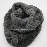 Акриловой шарф шеи способа теплой серой связанный решеткой