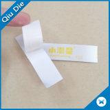 El nilón arropa la escritura de la etiqueta de instrucciones amonestadora del cuidado de la impresión del satén que se lava