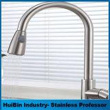 Faucet de bronze montado lado do chuveiro da banheira com a torneira de misturador do chuveiro da mão