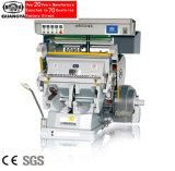 A mão opera a máquina de carimbo quente da folha (TYMC-1100)
