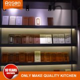 Het schilderen van Houten Vernisje met de Hoge Kasten van de Keuken van de Glans