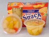 Frutas en un vaso de plástico