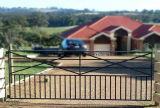 錬鉄はタイプ庭の農場のゲートを飾った