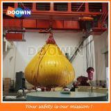 Kran-Eingabe, die wassergefüllten Gewicht-Beutel prüft